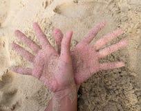 手和沙子 库存照片