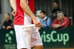 手和球拍, Miljan使用在比赛反对美国,戴维斯杯2018年, Nis,塞尔维亚的Zekic细节  免版税库存图片