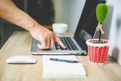 手和笔记本有办公桌的 免版税库存照片