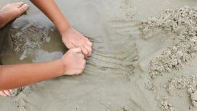 手和脚在海滩沙子 免版税库存照片