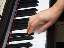 手和钢琴 免版税库存照片