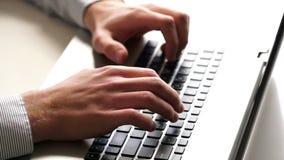 手和键盘特写镜头  研究膝上型计算机的干事 股票视频