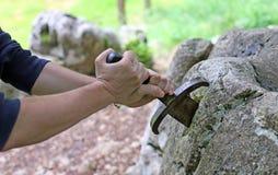 手和excalibur著名剑 库存图片
