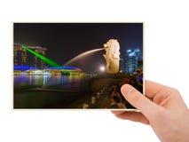 手和Merlion雕象喷泉在新加坡我的照片 库存图片