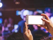 手固定的单元电话黑屏照片射击迷离音乐会前夕 库存图片