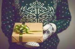 手圣诞节礼物的女孩举行 库存图片