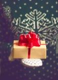 手圣诞节礼物的女孩举行 库存照片