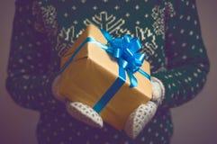 手圣诞节礼物的女孩举行 免版税图库摄影