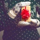 手圣诞节礼物的女孩举行 图库摄影