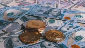 手在与美元的表上把不同的货币放隐藏硬币  股票录像