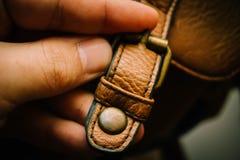 手在公文包的锁按钮 免版税库存照片