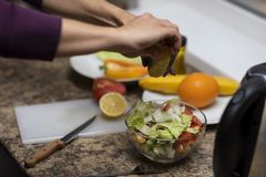 手在厨房里切开沙拉的菜 库存图片