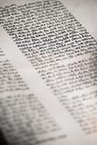 手在圣经的书面西伯来剧本 图库摄影