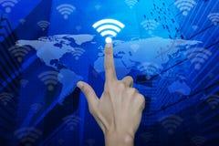 手在地图和城市背景, Technol的紧迫Wi-Fi按钮 库存照片