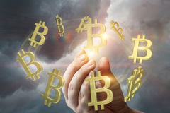 手在天空显示bitcoin 免版税库存图片