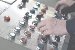手在控制板的紧迫按钮 库存照片