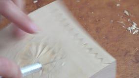 手在木头,精美手工制造雕塑,传统土气艺术品雕刻 股票录像