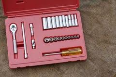 手在木背景的工具箱 递在车间,产业背景的工具箱 库存照片