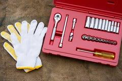 手在木背景的工具箱 递在车间,产业背景的工具箱 免版税库存图片