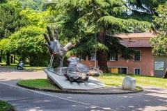 手在科莫,意大利雕刻 库存照片