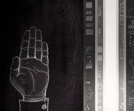 手在黑暗的墙壁上的被上升的凹道标志 免版税库存照片