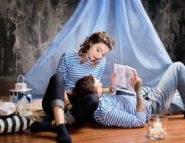水手夫妇爱情小说,一起读地图 在工作室 免版税库存图片