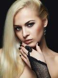 手套和首饰的性感的白肤金发的女孩 免版税图库摄影