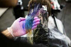 手套的人是死的长的蓝色头发colorfull 美容院,理发师 免版税库存图片