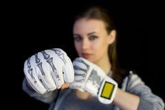 手套的女孩女运动员装箱的在黑背景 免版税库存照片
