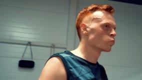 手套的拳击手在马戏团准备战斗 影视素材