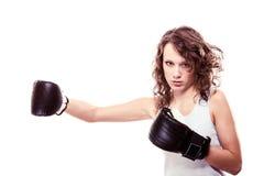 手套的拳击手妇女。女孩训练脚踢拳击 图库摄影