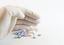 手套的现有量医药药片 图库摄影
