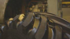手套运输完成的拖拉机轮胎的雇员 影视素材
