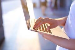 手女商人新闻触感衰减器键盘膝上型计算机 库存图片