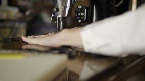 手女性缝合与老缝纫机的织品 影视素材