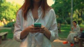 手女性走的聊天的关闭由电话 影视素材