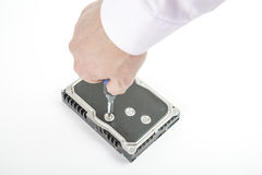 手安装工松开3 5英寸有螺丝刀的硬盘盖子 库存图片