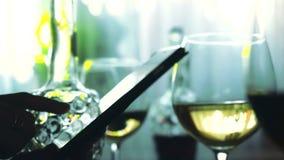 手对白葡萄酒的女性用途智能手机和杯 3840x2160 股票视频