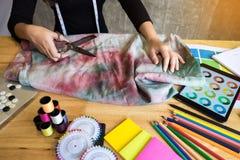 手山谷裁缝tailor& x27; s剪削减fa的片断布料 库存图片