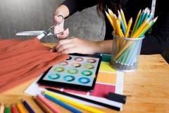 手山谷裁缝tailor& x27; s剪削减fa的片断布料 免版税库存图片