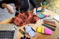手山谷裁缝tailor& x27; s剪削减fa的片断布料 免版税库存照片