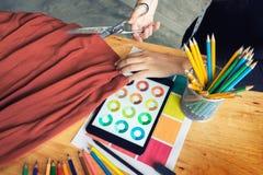 手山谷裁缝tailor& x27; s剪削减fa的片断布料 免版税图库摄影