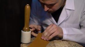 手工切开在工艺制造业皮革物品期间的皮肤 削皮工人,特写镜头车间射击了显示手  股票视频