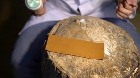 手工切开在工艺制造业皮革物品期间的皮肤 削皮工人,特写镜头车间射击了显示手  股票录像