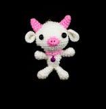 手工制造与桃红色鼻子玩偶的钩针编织白色猪在黑backgrou 免版税库存照片
