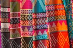 手工制造丝绸围巾在卡伦村庄,长的脖子部落,清莱府,泰国 免版税库存图片