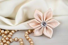 手工制造丝绸kanzashi花和珍珠 免版税图库摄影
