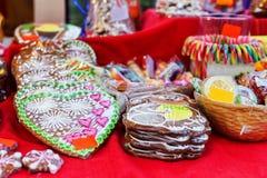 手工制造五颜六色的姜饼被显示在里加圣诞节市场上 库存照片
