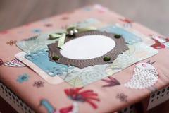 手工制造五颜六色的小箱 多彩多姿的布料 免版税库存图片