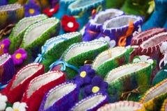 手工制造五颜六色的羊毛拖鞋或鞋子待售在街道在第比利斯,乔治亚,欧洲 免版税库存图片